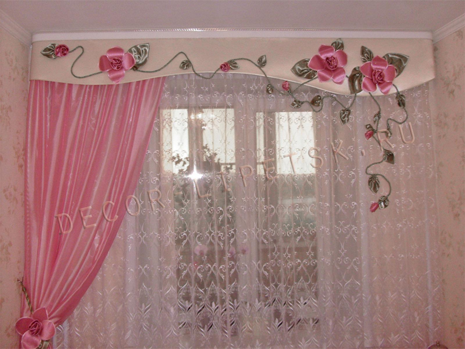 Фото ламбрекенов с аппликацией цветов